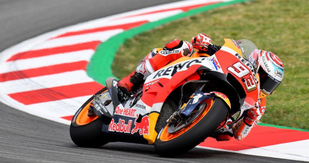 Marc Marquez in sella alla sua Honda durante le prove libere del GP di Catalogna di MotoGP a Barcellona