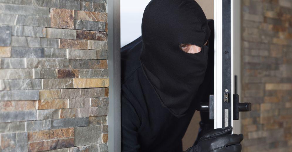 Ladro sfonda la porta ed entra in una casa con tre bimbi soli: panico a Santa Rita
