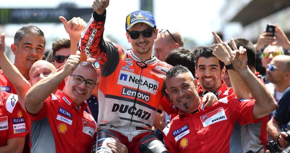 Jorge Lorenzo esulta con il team Ducati per la pole position al GP di Catalogna di MotoGP a Barcellona