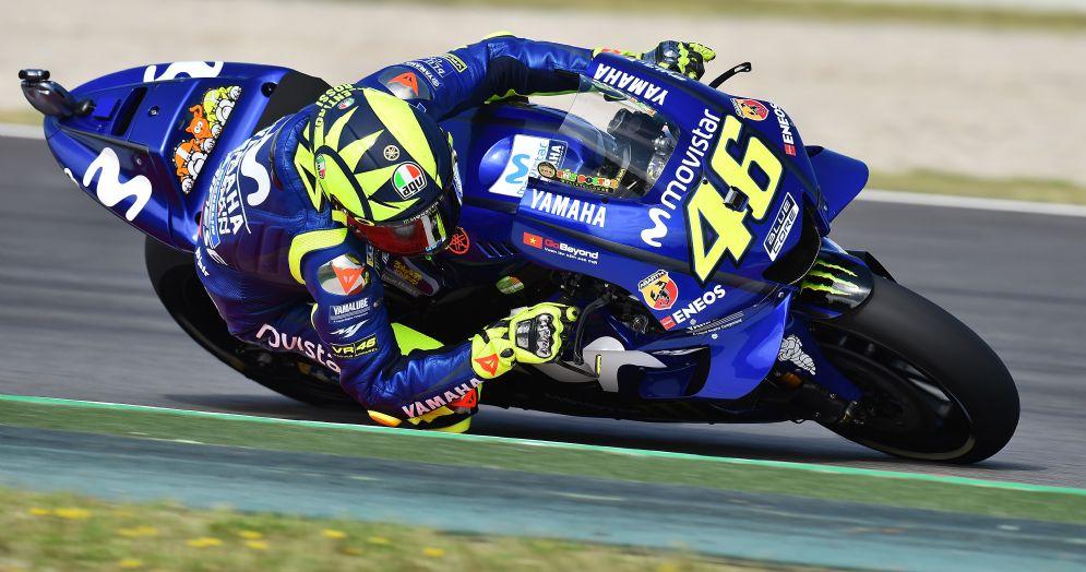 Valentino Rossi in pista con la Yamaha nelle qualifiche del GP di Catalogna di MotoGP a Barcellona