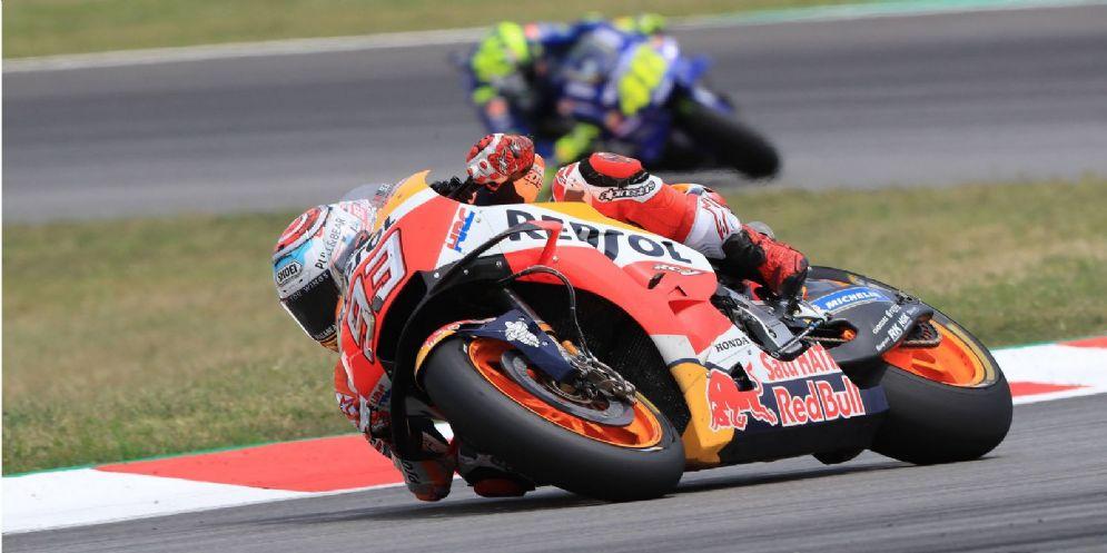 La Honda di Marc Marquez davanti alla Yamaha di Valentino Rossi nel GP di Catalogna di MotoGP a Barcellona