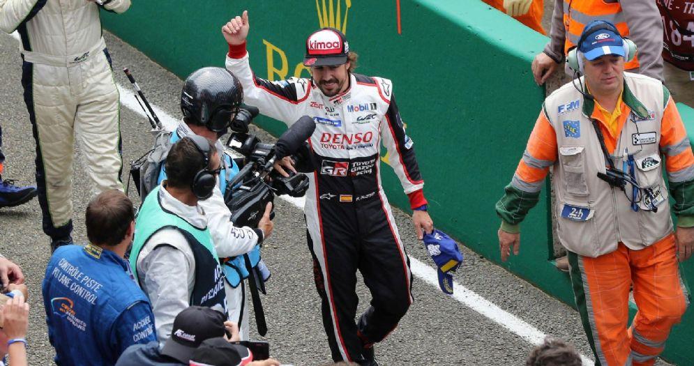Fernando Alonso esulta per la vittoria nella 24 Ore di Le Mans