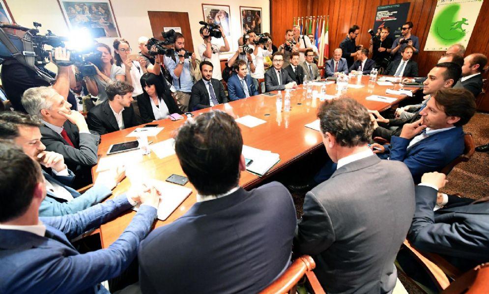 Il ministro del Lavoro e dello Sviluppo economico e vicepremier Luigi Di Maio durante l'incontro con le aziende della gig economy al ministero del Lavoro