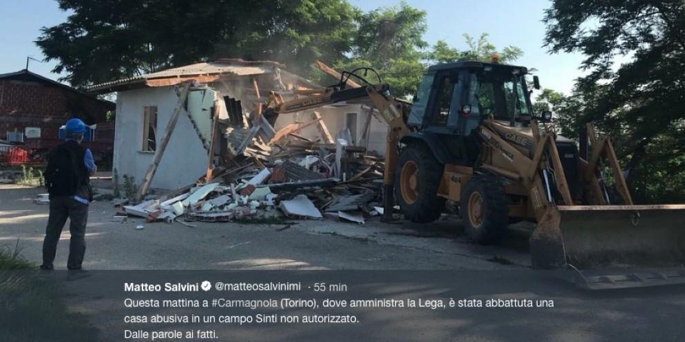 La casa abusiva abbattuta nel campo rom di Carmagnola