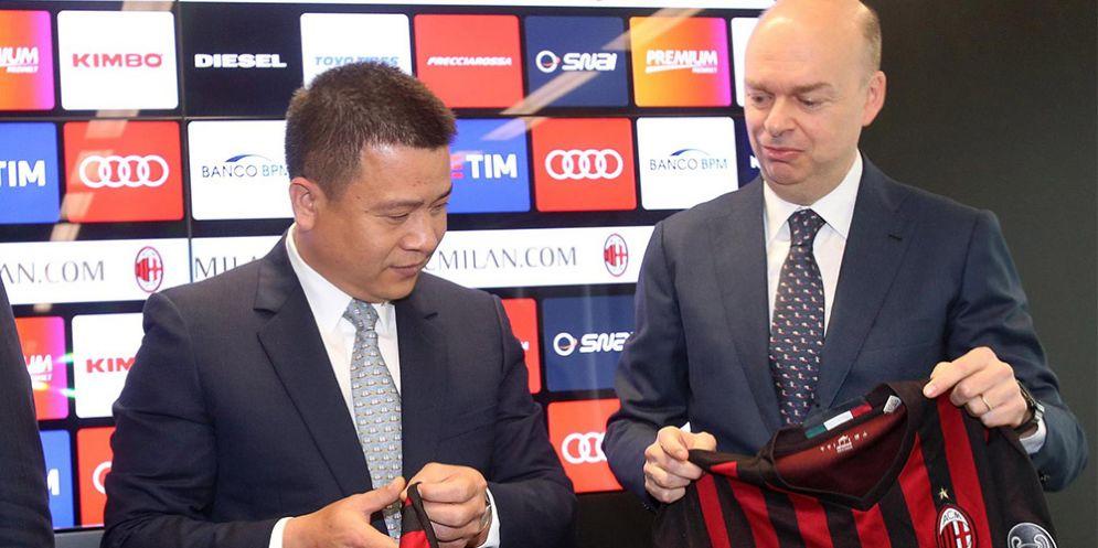 Il presidente del Milan Yonghong Li con l'ad Fassone