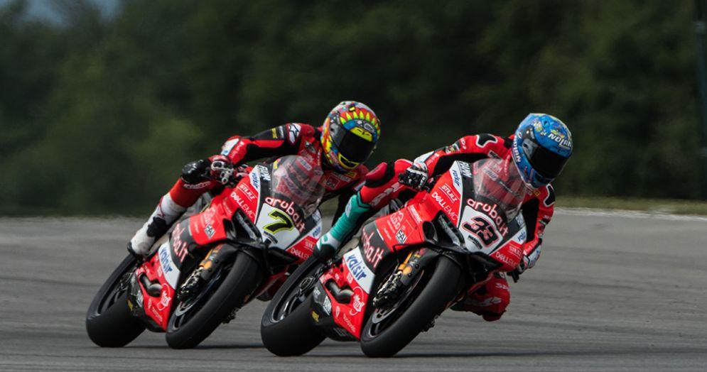 Le Ducati di Chaz Davies e Marco Melandri in pista in Superbike