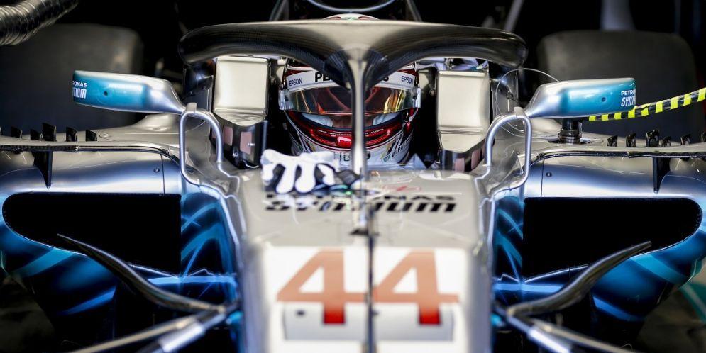 Lewis Hamilton al volante della sua Mercedes nei box