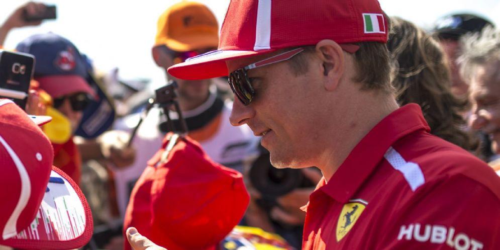Kimi Raikkonen firma autografi ai tifosi Ferrari al Paul Ricard, dove si corre il GP di Francia di F1