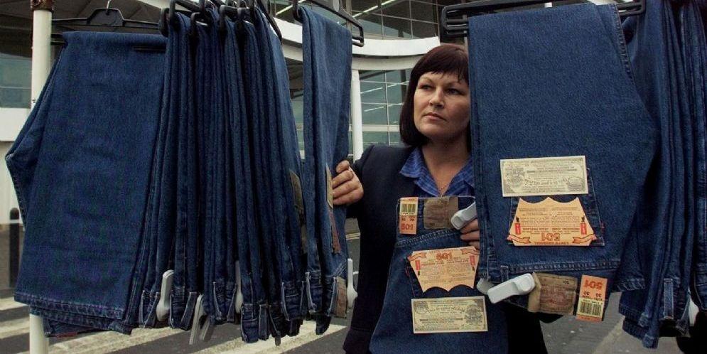 Una bancarella in America vende i leggendari jeans Levi's, che ora potrebbero finire sotto dazio per entrare in Europa
