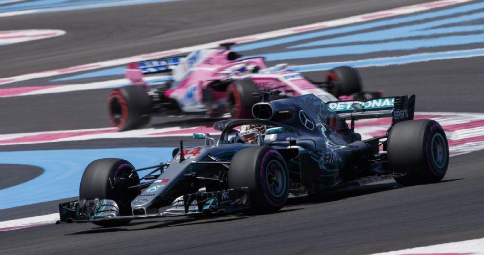 Lewis Hamilton in pista con la Mercedes nelle prove libere del GP di Francia di F1 al Paul Ricard