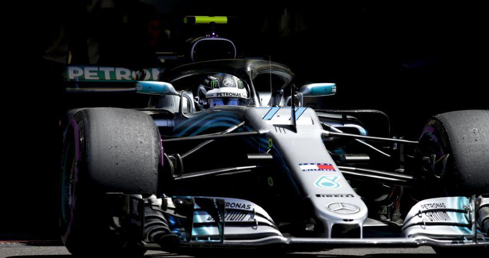 Valtteri Bottas esce dai box con la Mercedes nelle prove libere del GP di Francia di F1 al Paul Ricard