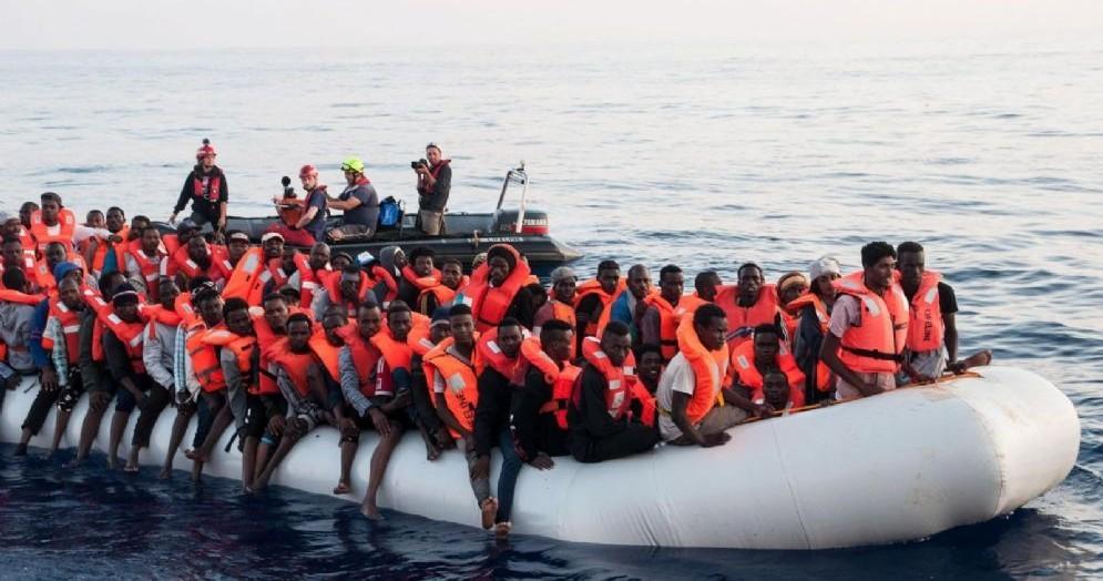 La nave Lifeline nelle acque del Mediterraneo con 224 migranti a bordo