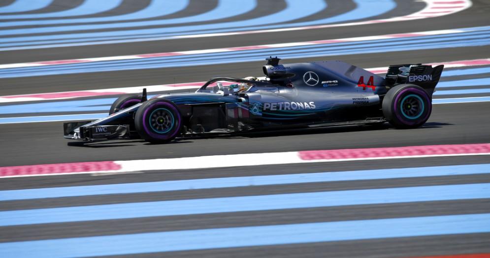 Lewis Hamilton in pista con la Mercedes nelle prove del GP di Francia di F1 al Paul Ricard