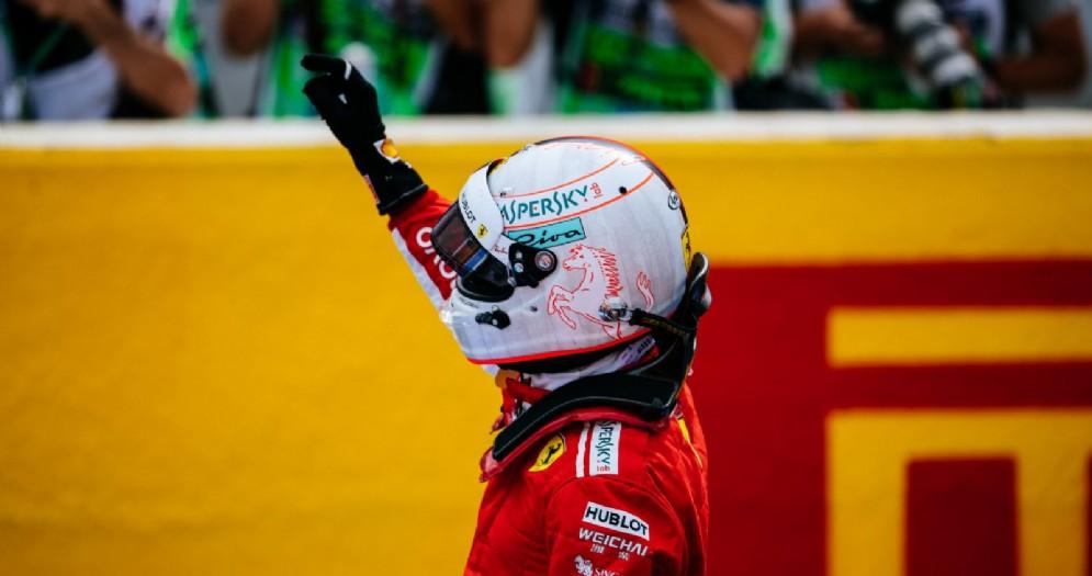 Sebastian Vettel saluta il pubblico dopo le qualifiche del GP di Francia di F1 al Paul Ricard