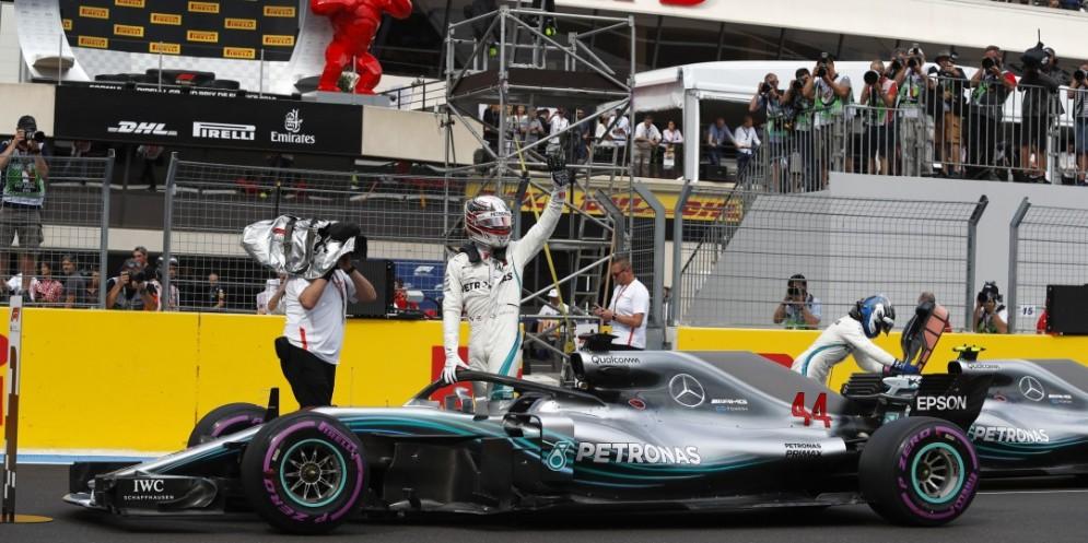 Lewis Hamilton festeggia con la sua Mercedes nel GP di Francia di F1 al Paul Ricard