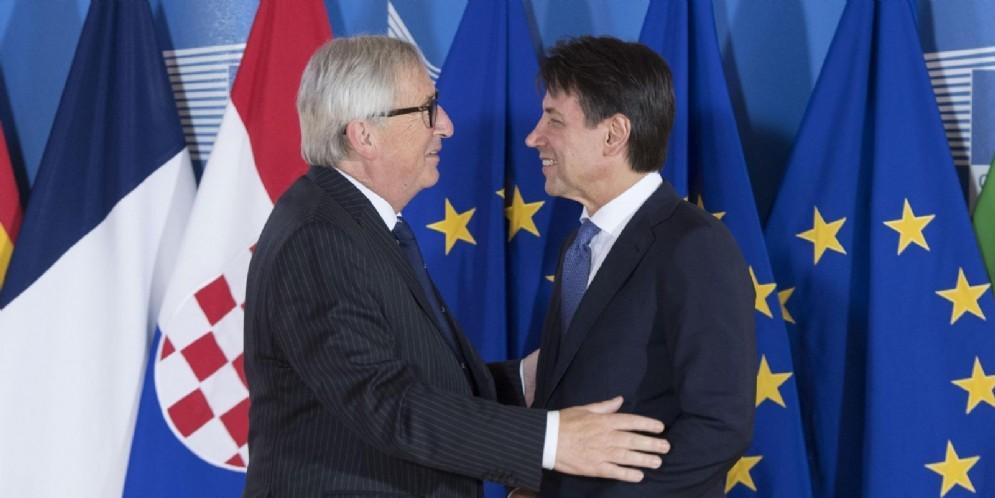 Il premier italiano Giuseppe Conte con il presidente della Commissione Ue Jean-Claude Juncker