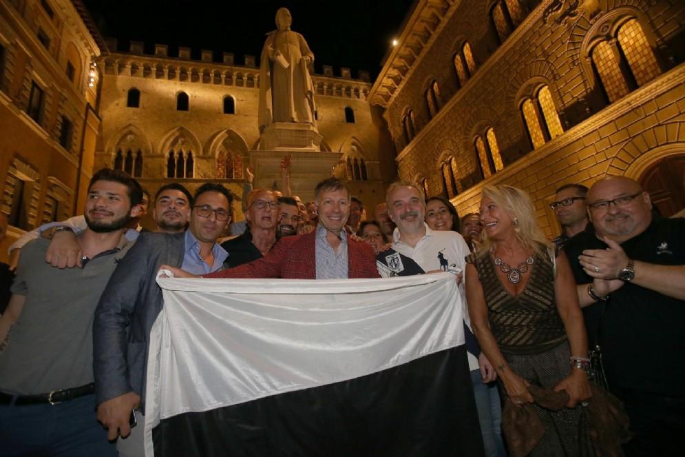 Il nuovo sindaco di Siena Luigi De Mossi festeggia i risultati del ballottaggio delle elezioni amministrative