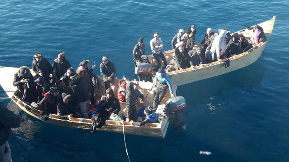 46 algerini in procinto di sbarcare a Sant'Antioco, Sardegna