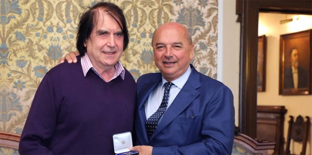 Medaglia bronzea del Comune al cantautore Lorenzo Pilat