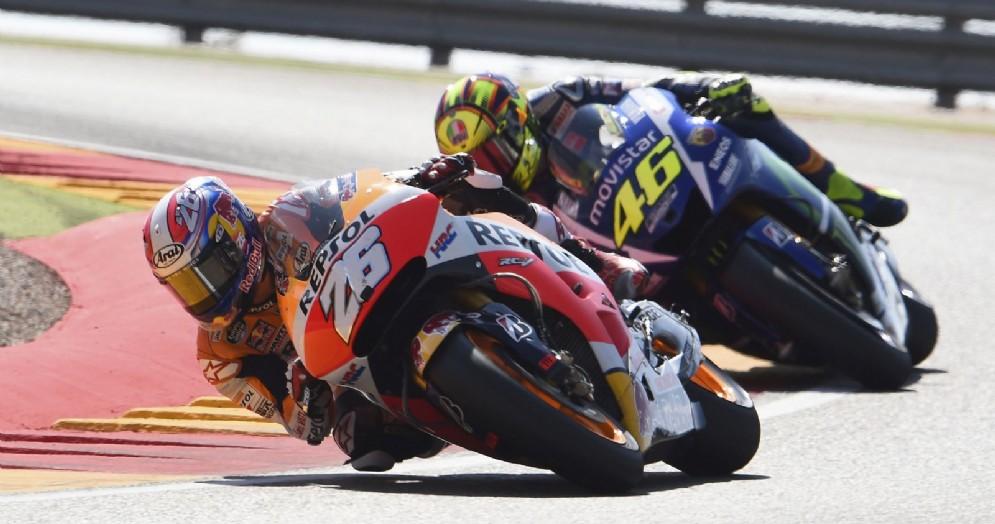 La Honda di Dani Pedrosa davanti alla Yamaha di Valentino Rossi