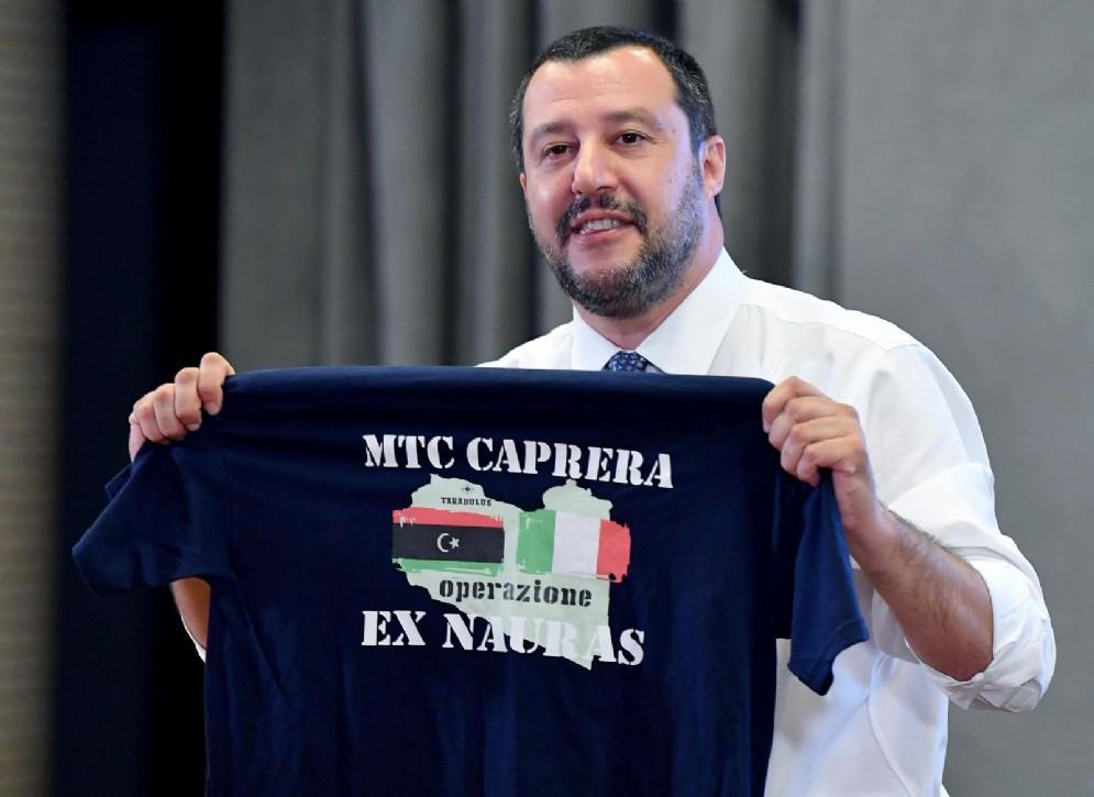 Matteo Salvini con la maglia della Marina Militare italiana