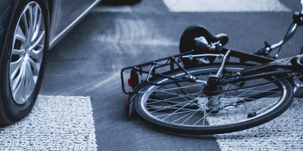 Travolta da un'auto, gravissima ciclista 53enne