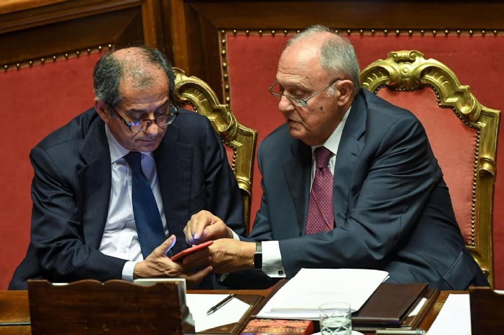 I ministri Giovanni Tria e Paolo Savona, in aula del Senato durante le comunicazioni in vista del Consiglio europeo del 28 e 29 giugno
