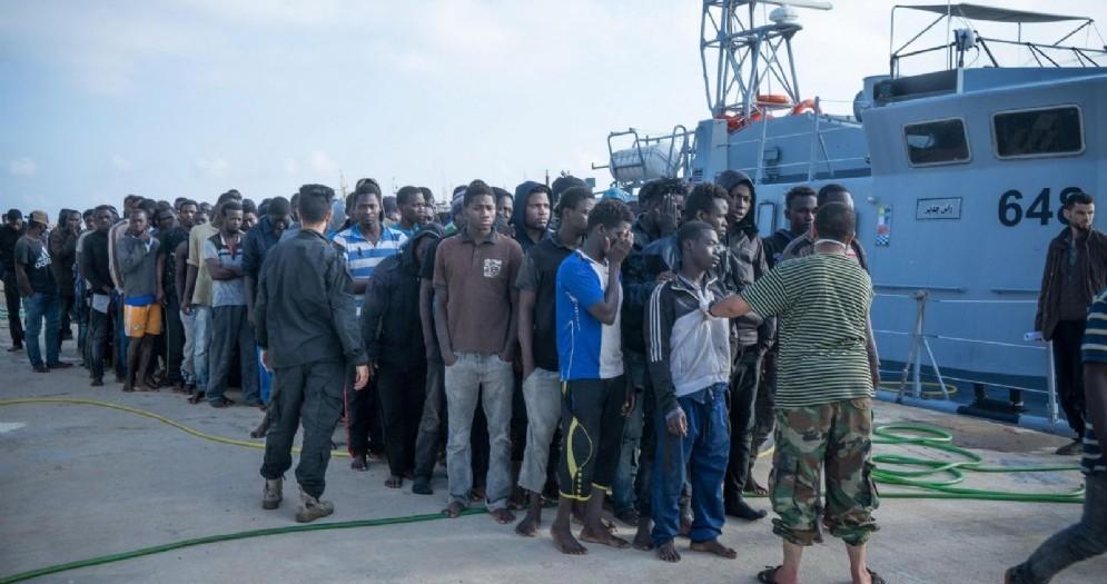 Un gruppo di 301 migranti africani, tra cui 46 bambini, é stato salvato dalla Guardia costiera libica a bordo di due grandi gommoni in panne a ovest di Tripoli