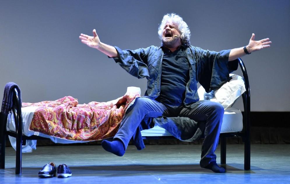 Beppe Grillo durante il suo spettacolo Insomnia