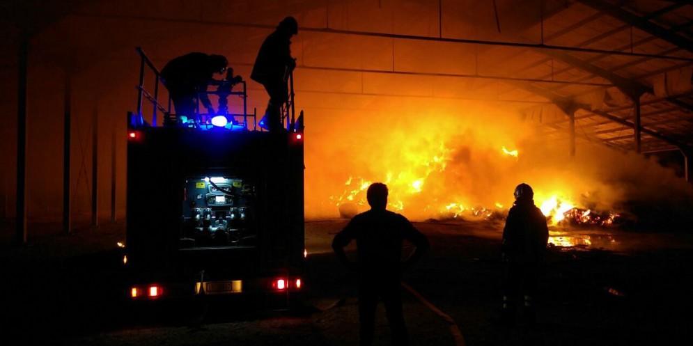 Aviano, un incendio devasta un capannone agricolo