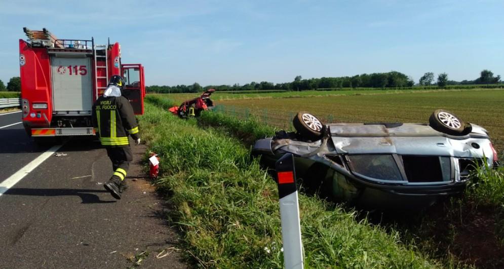 Incidente sulla A23: due auto finiscono nel fosso