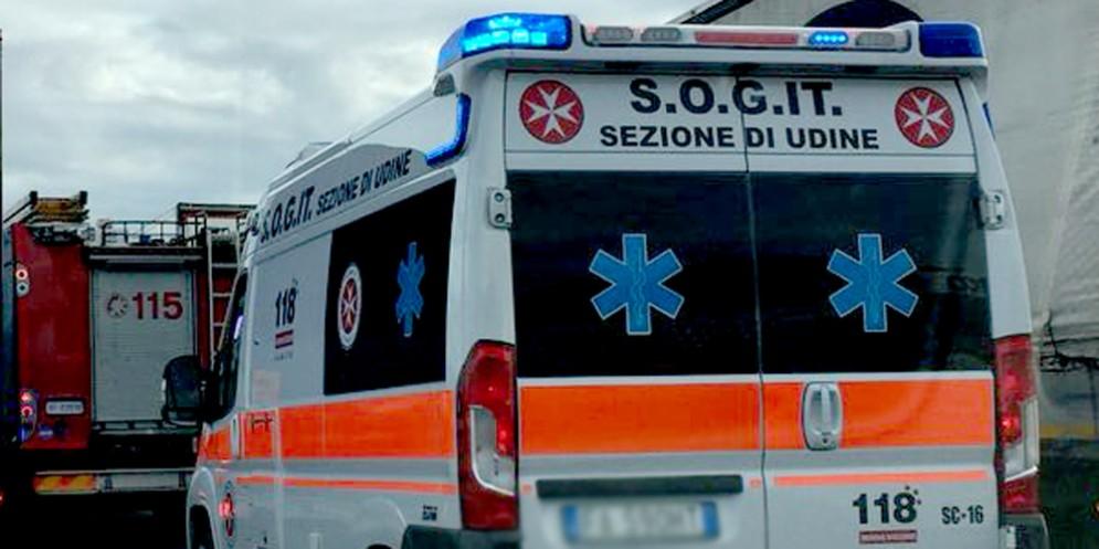 Roulotte si ribalta sul viadotto, lungo la A23: una persona ferita