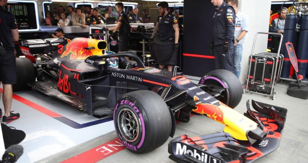 Daniel Ricciardo esce dai box della Red Bull nel GP d'Austria di F1 allo Spielberg