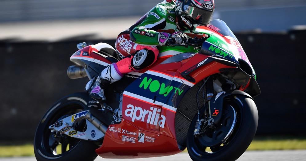 Aleix Espargaro in sella alla Aprilia durante le prove del GP d'Olanda di MotoGP ad Assen