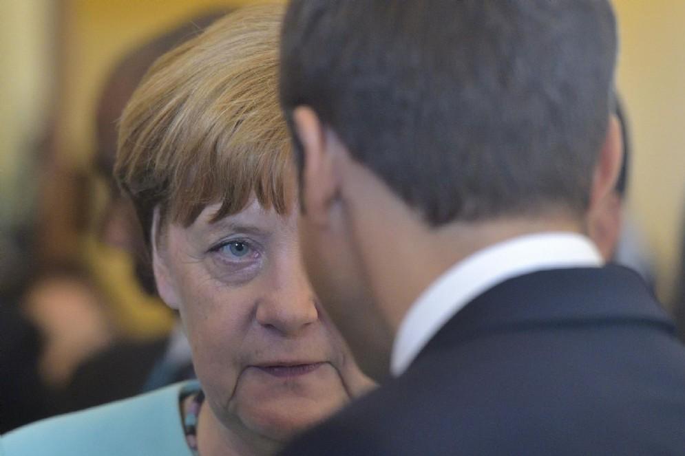 Angela Merkel e, di spalle, Emmanuel Macron