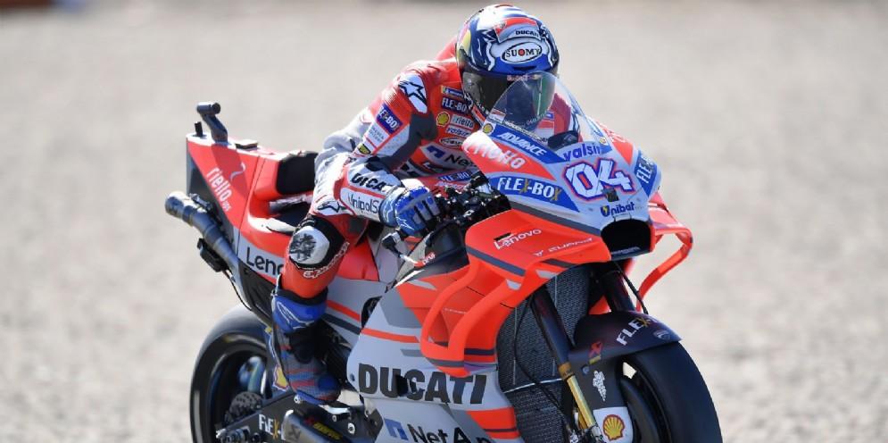 Andrea Dovizioso in sella alla sua Ducati nelle qualifiche del GP d'Olanda di MotoGP ad Assen