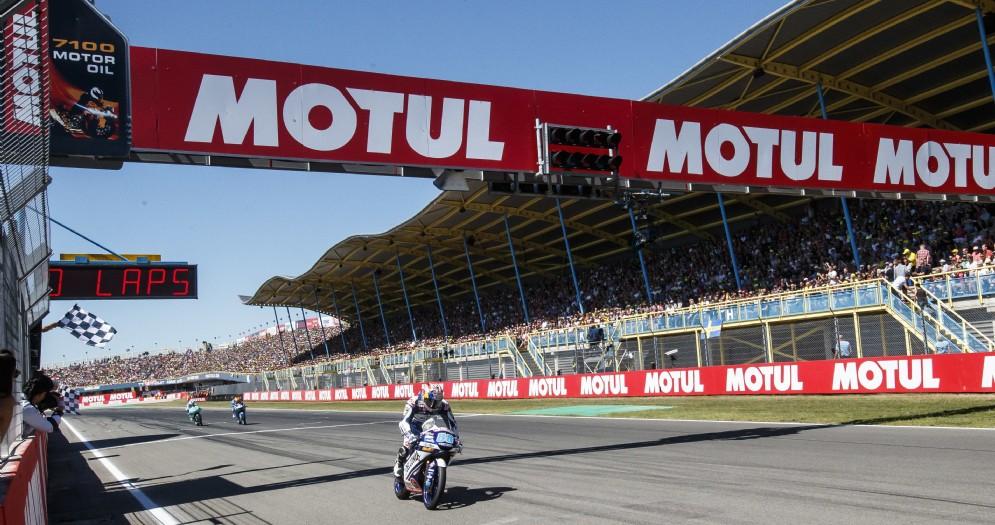 Jorge Martin in sella alla Honda del team Gresini Moto3 taglia il traguardo per primo nel GP d'Olanda ad Assen