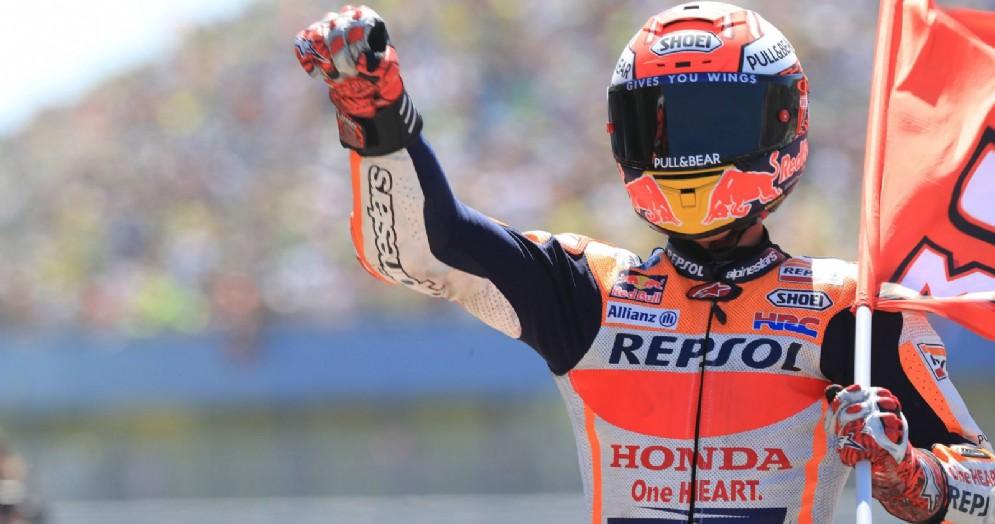 Marc Marquez festeggia la vittoria nel GP d'Olanda di MotoGP ad Assen