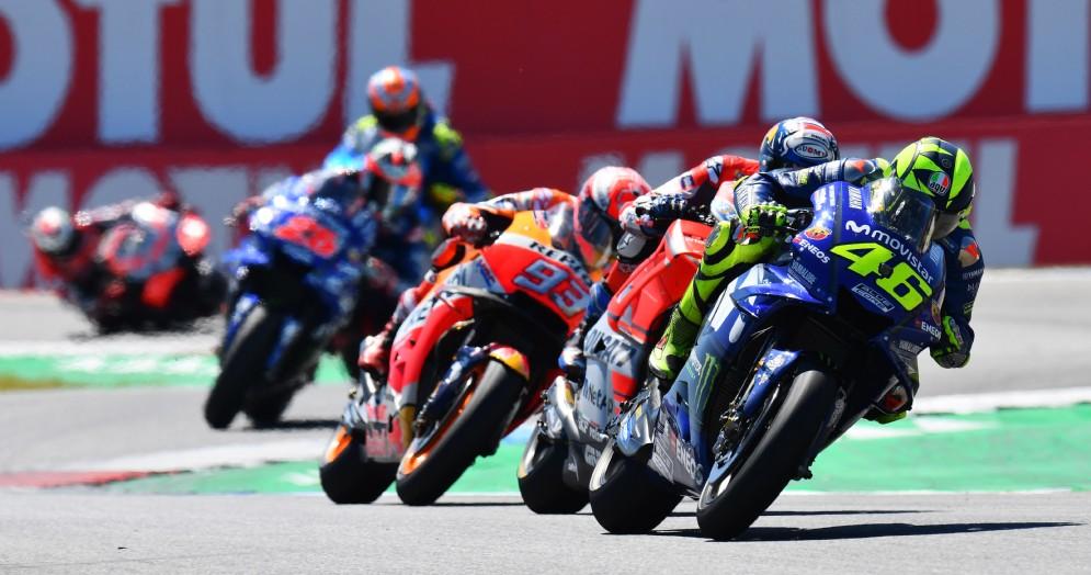 La Yamaha di Valentino Rossi davanti alla Ducati di Andrea Dovizioso durante il GP d'Olanda di MotoGP ad Assen