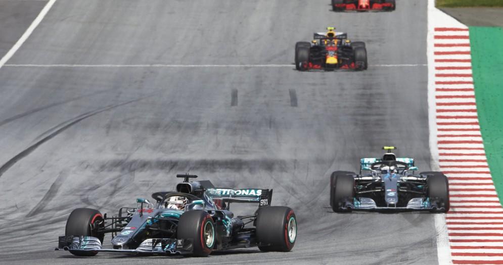 Le due Mercedes di Lewis Hamilton e Valtteri Bottas in testa al GP d'Austria di F1 allo Spielberg