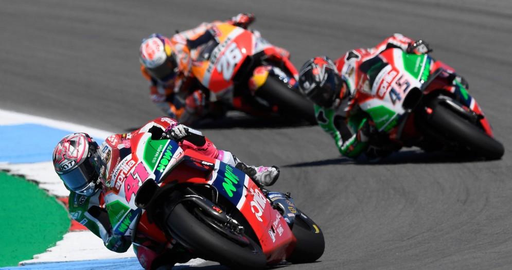 Le due Aprilia di Aleix Espargaro e Scott Redding in azione nel GP d'Olanda di MotoGP ad Assen