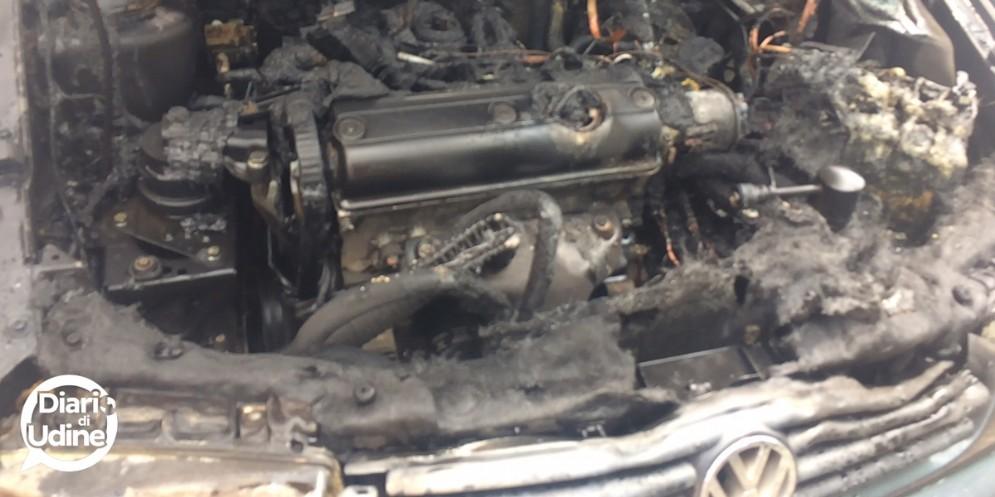 Pavia di Udine: auto va a fuoco in strada, in corso le indagini