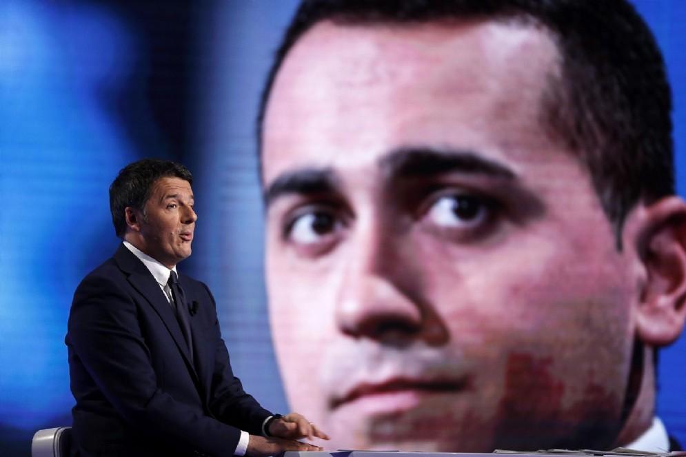 Matteo Renzi a 'L'aria che tira' su La7. Sullo sfondo, Luigi Di Maio
