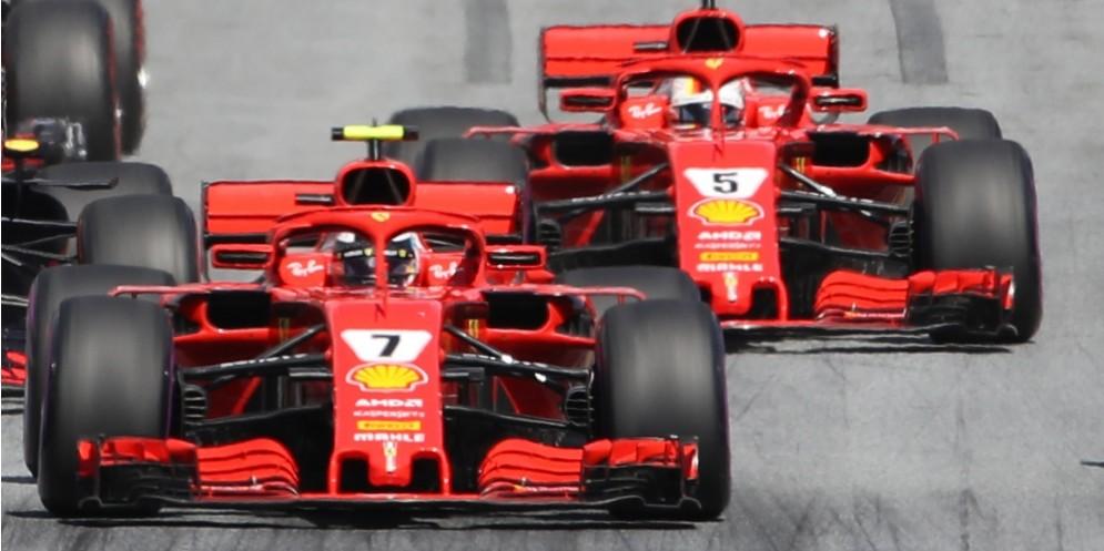 La Ferrari di Kimi Raikkonen davanti a quella di Sebastian Vettel alla partenza del GP d'Austria di F1 allo Spielberg