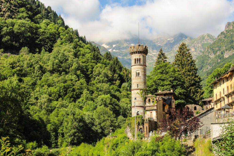 Il castello con la sua caratteristica torre guelfa, residenza estiva di Federico Rosazza