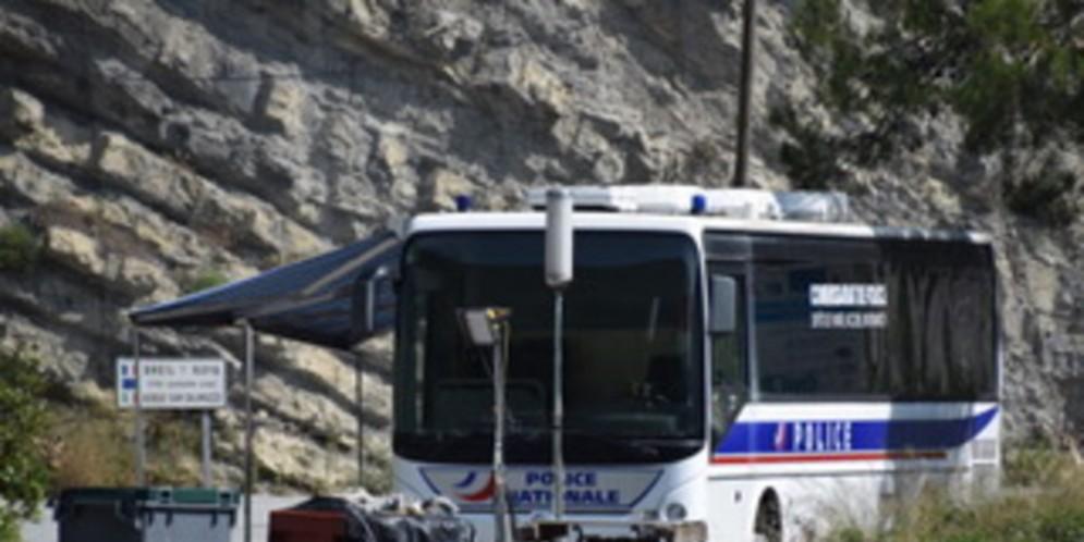 Il pullman della Polizia francese
