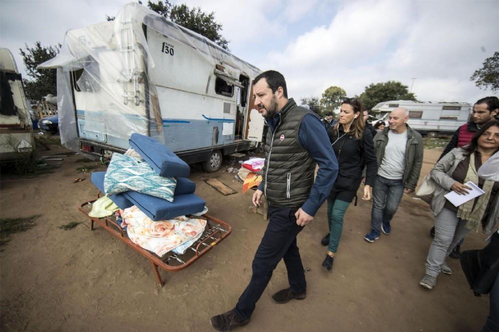 Matteo Salvini durante la visita del campo nomadi sulla via Pontina a Roma, 18 ottobre 2017