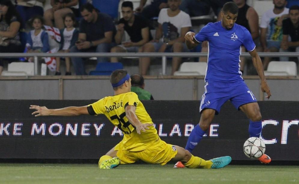 Il croato Benkovic in scivolata su un avversario