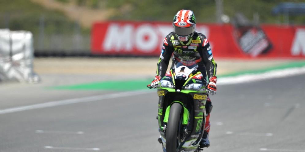 Jonathan Rea impenna la sua Kawasaki dopo una vittoria nel Mondiale Superbike