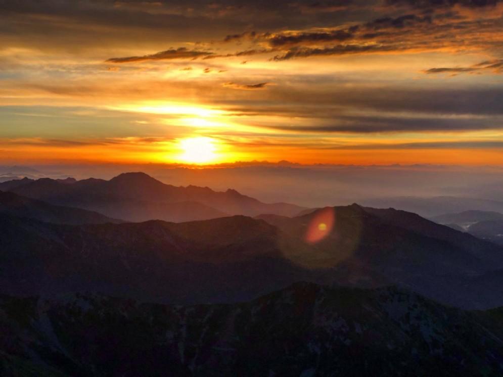 Il sole che sorge dalle nostre montagne
